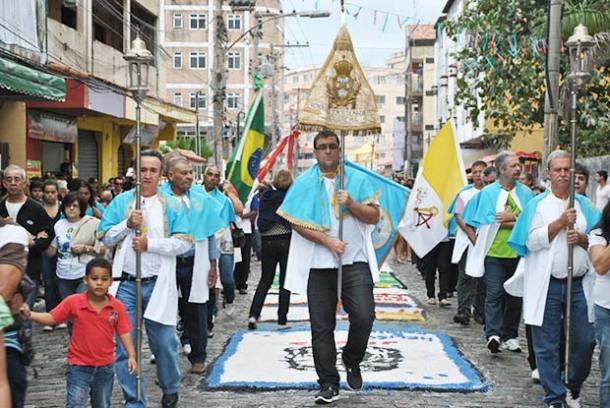 """Atravessando sobre os tapetes de sal, a procissão de Corpus Christi  deste ano teve como tema """"Juventude e Eucaristia"""" (fotos: Agnelo Quintela)"""