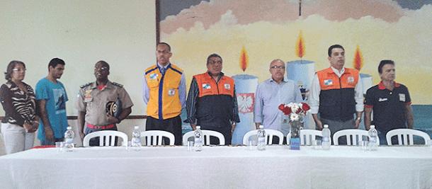 Autoridades reunidas com  membros da sociedade civil (Foto: Michele Maria)