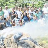 Pescadores da Colônia decidiram queimar as redes de pesca apreendidas na fiscalização e fizeram uma grande fogueira (Foto: Agnelo Quintela)