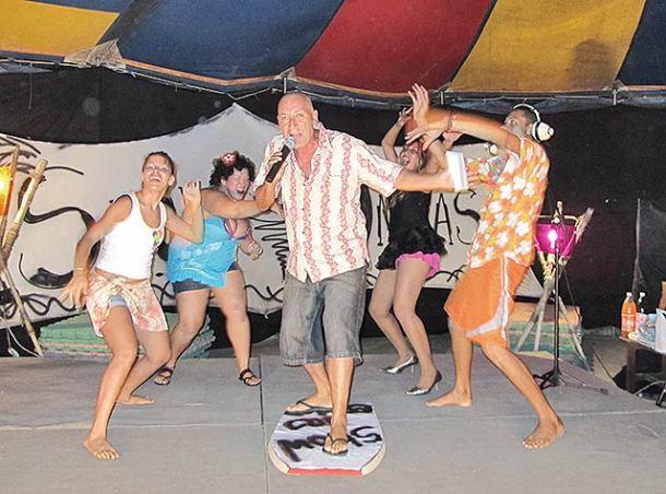 O ator e diretor Guti Fraga em cena na antiga lona cultural da Casa do Nós, em Bacaxá; atualmente a Casa do Nós está sediada em Vilatur, onde Guti pretende construir um teatro (Foto: Dulce Tupy)