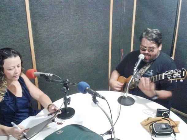 Michele Maria e o cantor Jorge Tollé no estúdio da Rádio Mar Aberto (Foto: Edylaine Ribeiro)