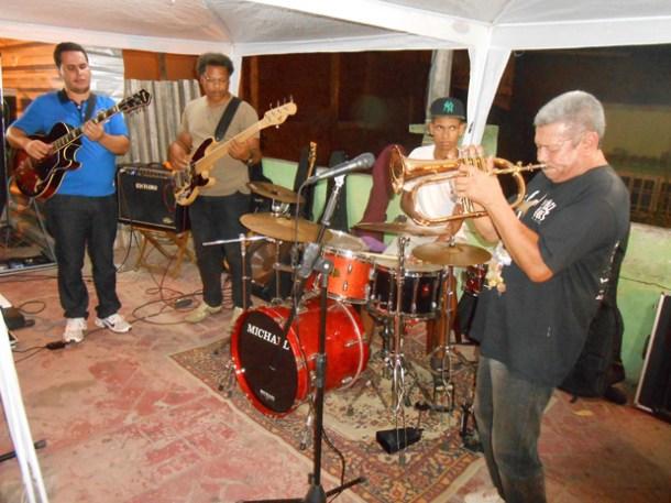 No Calçadão de Bacaxá, boa música instrumental para os ouvidos atentos (Foto: Dulce Tupy)