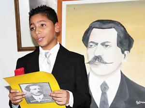 O aluno se inspirou no poeta para se vestir e ganhou muitos aplausos.