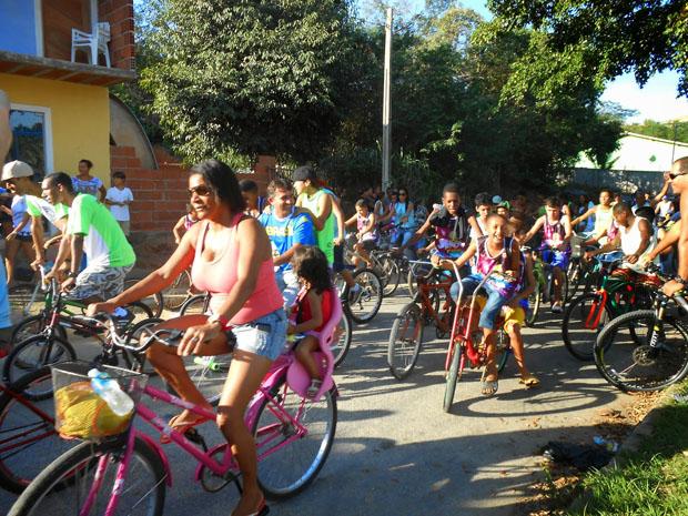 Os ciclistas saíram da quadra de grama sintética da Raia e pedalaram até o bairro de São Geraldo (fotos: Michele Maria)