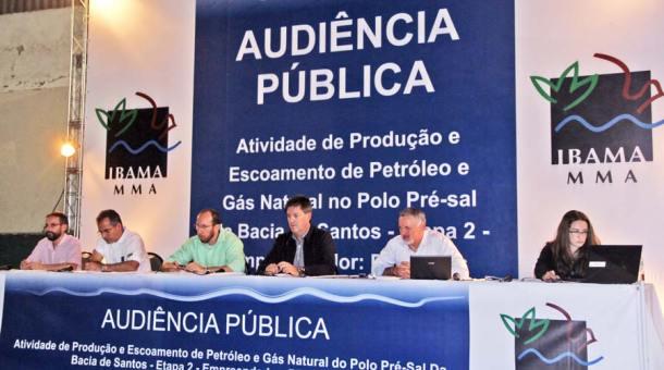 Na mesa da Audiência Pública representantes da Petrobras, do IBAMA e da  Mineral Engenharia respondem perguntas e esclarecem dúvidas do público.  Abaixo, o mapa das rotas 1, 2 e 3 dos gasodutos de gás. (Foto: Edimilson Soares)