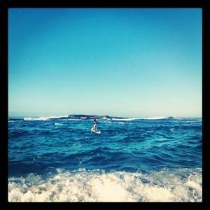 Paulo saindo da Praia de Itaúna para mais um trecho de sua aventura, de Saquarema até Arraial do Cabo, no Stand Up Paddle, em alto mar. (Foto: acervo pessoal)