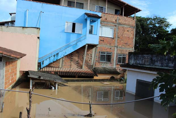 Inundação na Rua Professor Alfredo Menezes    (Foto: Michele Maria)