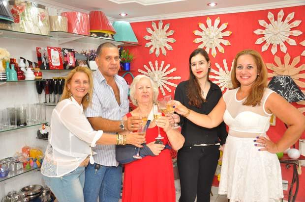 A família reunida brinda com entusiasmo o sucesso da inauguração (Foto: Samuel Matos)