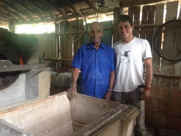 Seu Arlindo e o professor Vitor na casa de farinha no Rio Mole, onde mantém uma tradição de séculos (Dulce Tupy)