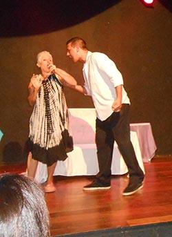 """A Cia Teatral In Palcun, na peça sobre o""""feminicídio""""que emocionou a plateia"""