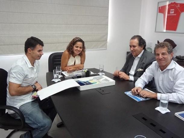 Em reunião, o secretário municipal de obras, Anderson Martins, a prefeita Franciane Motta, o presidente da DTA Engenharia, Dr. João Acácio, e o arquiteto Mauro Scazufca (Edimilson Soares)