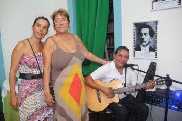 Tony Colocci canta com Maria José e Alessandra, filha e neta do poeta José Bandeira (Foto: Edimilson Soares)