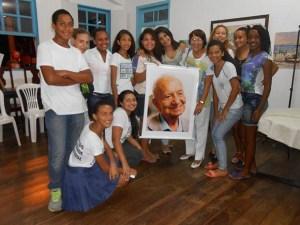 Beatriz Dutra com alunos em torno do banner com a foto do poeta Mário Quintana (Foto: Dulce Tupy)