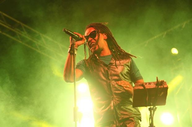 Toni Garrido cantou os sucessos da banda Cidade Negra na Praia de Itaúna, no final do Quiksilver Pro Saquarema que teve o paulista Alex Ribeiro como campeão (Foto: SECOM PMS)