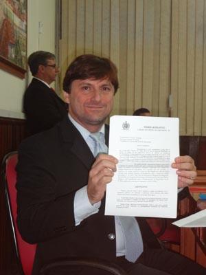 O vereador Bruno PInheiro com o pedido de abertura da CPI dos Transportes no plenário da Câmara Carlos Campos da Silveira  (Foto: Edimilson Soares)