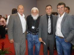 O procurador geral Dr. Alexandre Esteves abraçado pela imprensa: Gilson (ex-Globo), Edimilson Soares (O Saquá) e Paulo Ivo (Rádio Serramar) (Foto: Dulce Tupy)