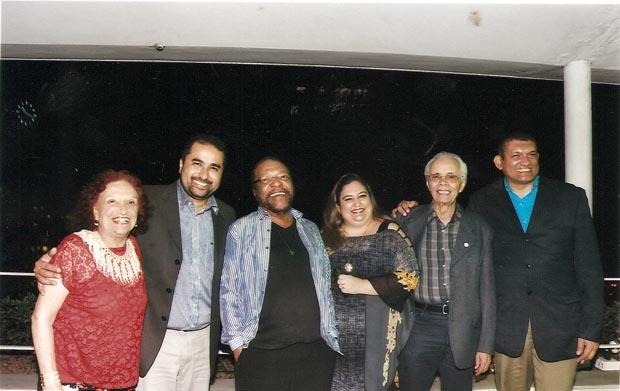 Messody e Martinho da Vila com os editores do jornal Sem Fronteiras, Dyandreia e Fabio Portugal, e escritores em evento do Pen Clube do Brasil, em dezembro do ano passado.  (Foto: Marlene e Luciano)