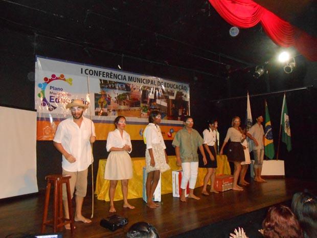 Uma das apresentações foi a do grupo de teatro do instrutor da Casa da Cultura, o ator e diretor Rafael Tavares, uma esquete teatral em homenagem ao poeta José Bandeira (Foto: Dulce Tupy)