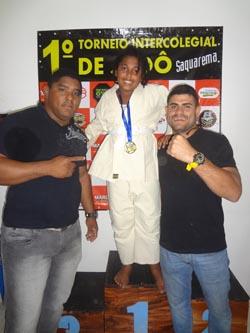 A jovem campeã recebe o abraços dos treinadores Dálmata e Pituco (Fotos: Edimilson Soares)