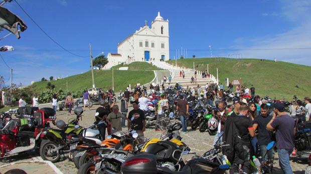 Aos pés da Igreja N.Srª de Nazareth, o evento reuniu motociclistas de várias localidades (Foto: Paulo Lulo)