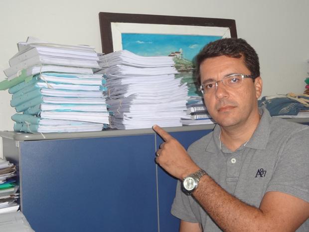 O vereador Rodrigo Borges, presidente da CPI, apontando os volumes da investigação que só tende a crescer nas próximas semanas, com os depoimentos de todos os envolvidos (Foto: Edimilson Soares)