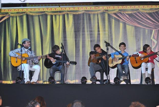 O grupo de alunos de violão do professor Thobé, da Casa da Cultura (Foto: Agnelo Quintela)