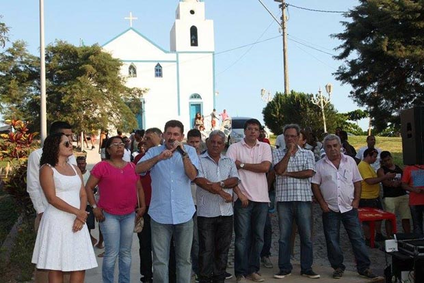 Na inauguração em Sampaio Corrêa, a prefeita Franciane Motta, o deputado Paulo Melo, o vice-prefeito Zequinha e demais lideranças locais