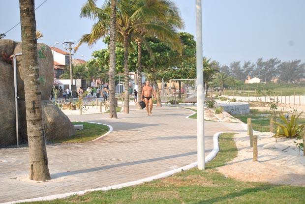 A nova orla da praia de Itaúna ganhou calçadas, banheiros, equipamentos de ginástica e jardins (Fotos: Agnelo Quintela)