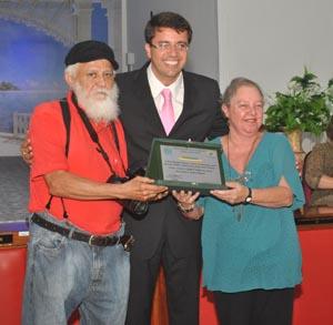 Os diretores do jornal O Saquá, Edimilson Soares e Dulce Tupy, receberam a homenagem do vereador Rodrigo Borges (Foto: Agnelo Quintela)