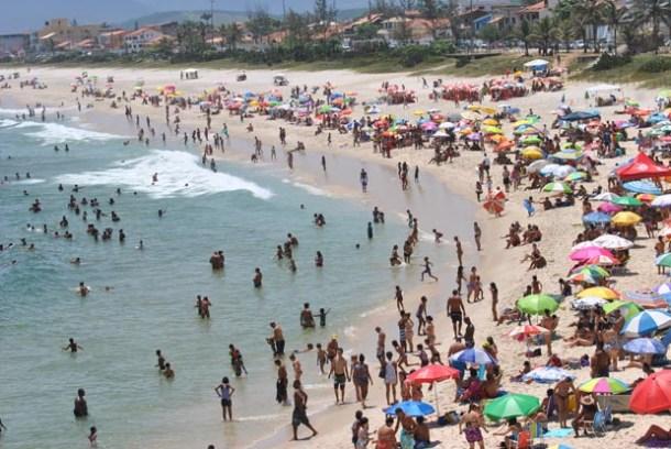 Como sempre, a Praia da Vila tem sido um dos pontos mais frequentados neste verão em que o mar tem sido generoso, com ondas gostosas e temperatura amena, para deleite dos veranistas (Agnelo Quintela)