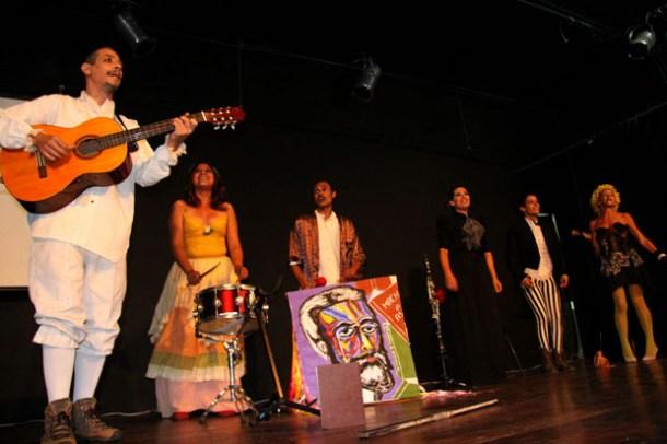 """O grupo Casa do Nós fez apresentação com músicas que fazem parte da peça """"Machado em Cena"""" (Caru Ribeiro)"""