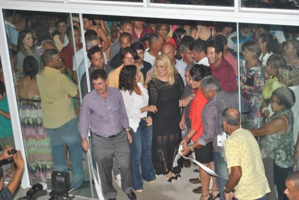 Na inauguração do novo colégio Padre Manuel, o deputado Paulo Melo e a prefeita Franciane, acompanhados pela diretora Betinha, a secretária Ana Paula e o presidente da Câmara Romacart Azeredo (Foto: Agnelo Quintela)