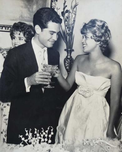 Sonia brindando com champanhe o seu casamento com Carlos Durval Cruz. (Foto: Arquivo pessoal)