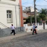 O vereador Chico Peres, seguido de perto pelo advogado Claudius Valerius, deixando rapidamente a delegacia onde as testemunhas foram depor. Foto: Edimilson Soares