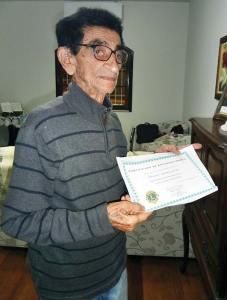 Manoel Gomes com o diploma do Lions Clube