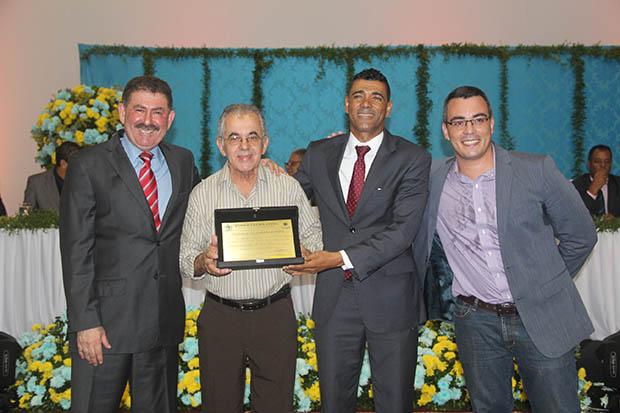O deputado Paulo Melo, o empresário Nei, da Padaria da Ponte, o vereador Kilinho e o Dr. Ronan Gomes, neto do ex-vereador Bau, na Sessão Solene da Câmara Municipal (Foto: Edimilson Soares)
