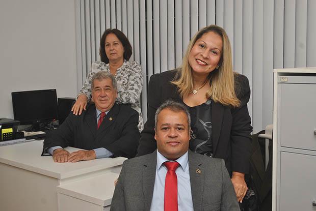 Os advogados Dr. Jorge Vaz Cesar, com a esposa Heloisa e o Dr. Edison Maciel com a esposa Monica, na inauguração do novo escritório (Fotos: Agenlo Quintela)