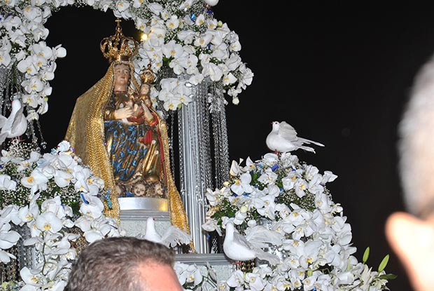 Com o andor ricamente decorado, a imagem de N. Sra. da Nazareth é adorada em procissão (Fotos: Agenelo Quintela)