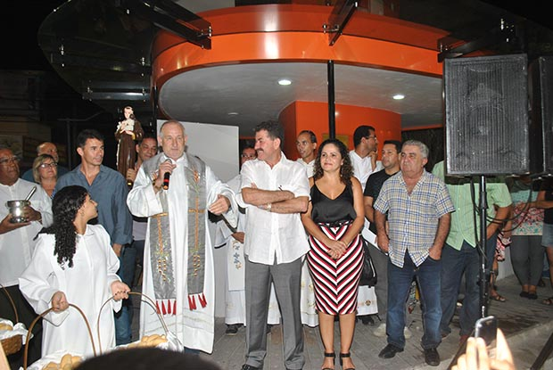 Padre Jorge com as autoridades: o secretário Anderson Martins, o deputado Paulo Melo, a prefeita Franciane e o vice Zequinha (Foto: Agnelo Quintela)