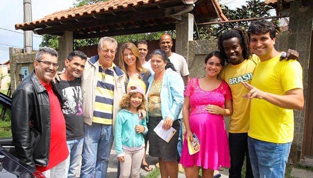 Manoela visita o Verde Vale, bairro que recebeu asfalto sob influência do deputado Paulo Melo, em parceria com o governo do estado