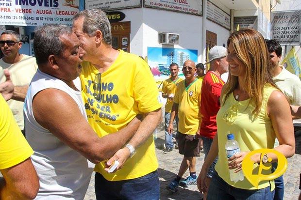 Manoela e Peres fazendo corpo a corpo na Vila, centro de Saquarema, às vésperas da eleição