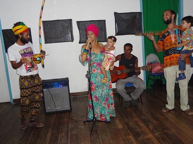 O grupo musical e Glauce Pimenta Rosa deram ritmo ao evento (Foto: Edimilson Soares)