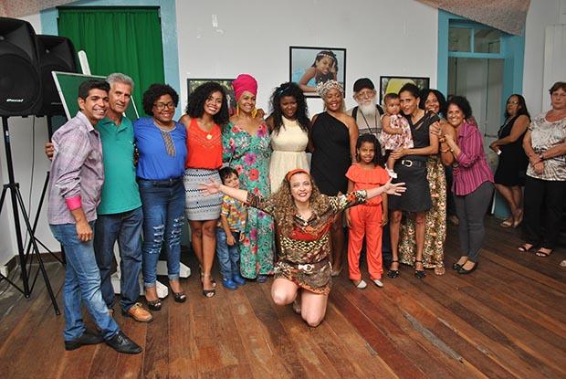 Michele Maria com os seus fotografados, todos afro-descendentes e mestiços de várias etnias, entre elas brancos e índios (foto: Agnelo Quintela)