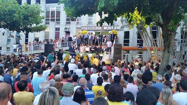 A posse da nova prefeita Manoela e do vice Pedro Ricardo aconteceu na escadaria da Prefeitura no dia 1° de janeiro (Foto: Divulgação Facebook)