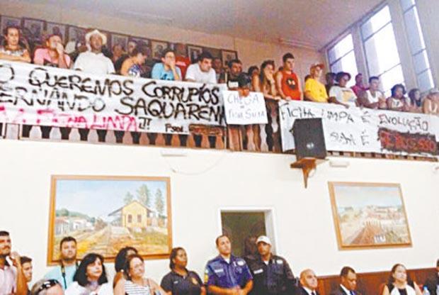 Apesar das faixas de protesto, na galeria da Câmara, a maioria dos vereadores aprovou a revogação da Lei da Ficha Limpa (Foto: Facebook/Balneário Jaconé/Claudio Motta)