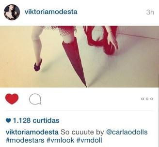 Carlos Augusto foi citado pela cantora pop Vicktoria Modesta por sua boneca (insta @carlaodolls)