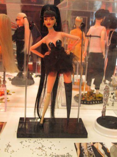 A boneca feita por Carlos Augusto recria a cantora Viktoria Modesta