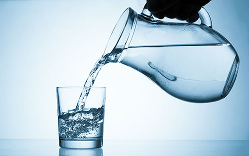 Beber água acelera o metabolismo e ajuda a emagrecer
