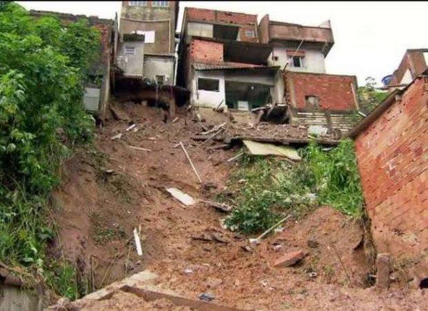 Casas após deslizamento de terra