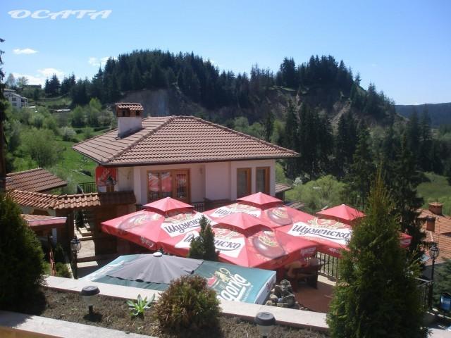 """На почивка в Родопите. Терасата на хотел-ресторант """"Тихия кът"""", град Доспат."""